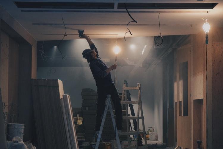 Osuszanie pomieszczeń - jak osuszyć ściany po tynkowaniu i wylewki?